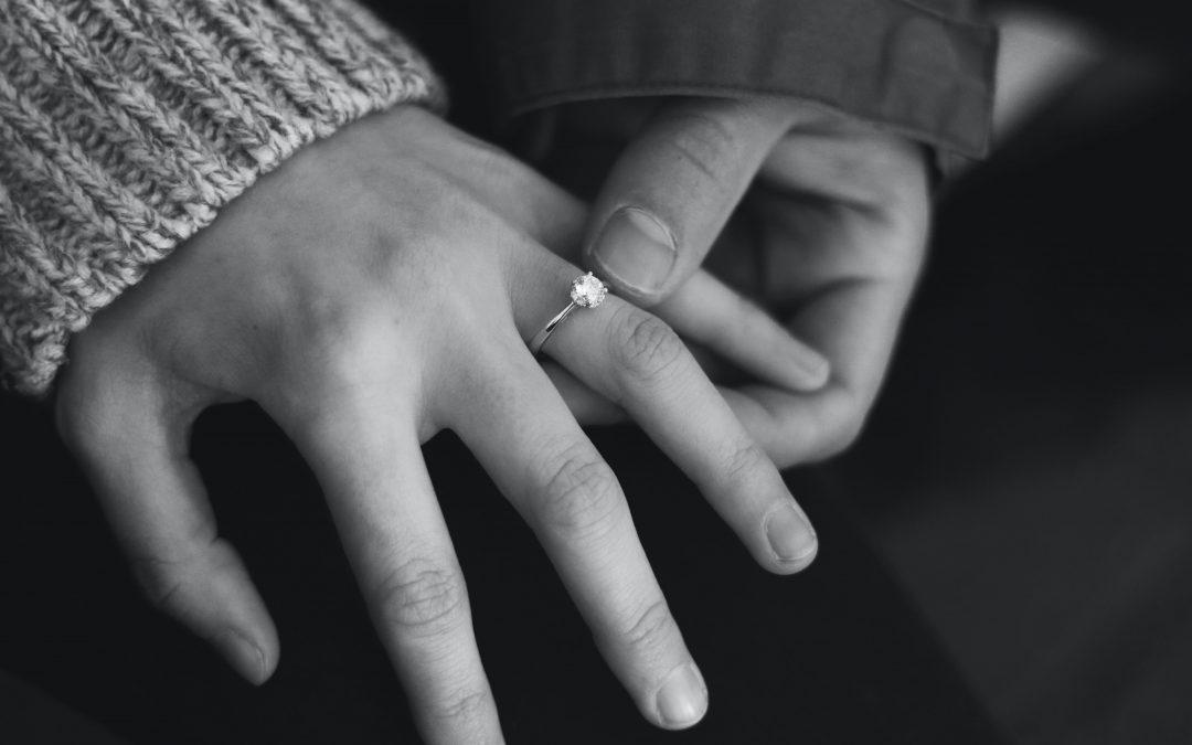 Glæd en særlig kvinde med en Kleopatra ring